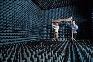 תמונה 4. פול האריס וסטפן מאלקובסקי בוחנים את המערך בן 128 אנטנות בחדר נטול הד באוניברסיטת בריסטול