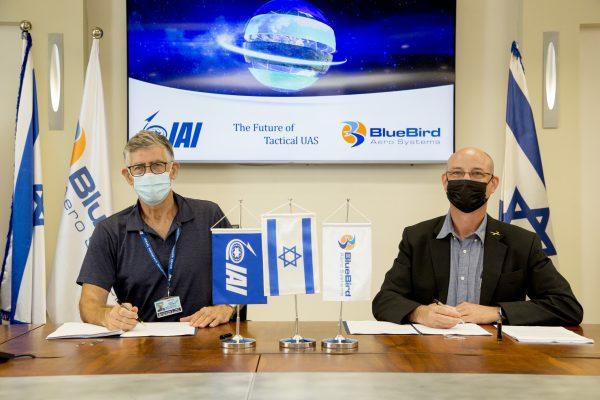 """מימין לשמאל: רונן נדיר, מנכ""""ל BlueBird Aero Systems ונמרוד שפר מנכ""""ל התעשייה האווירית (קרדיט: אלון רון, התעשייה האווירית)"""
