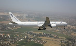 מטוס האבטיפוס ER777-300 במטס יום העצמאות